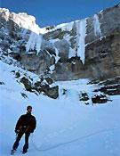 Oscar Cacho ante las colgantes lenguas de hielo de Alois, descendiendo del Tercer Muro de Gavarnie. - Foto: José I. Gordito.