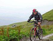Sección de BTT en las verdes Highlands escocesas. - Foto: raidseries.com