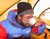 Carlos Pauner hidratándose en días pasados tras alcanzar el Campo 2, en la cara suroeste del Kangchenjunga. - Foto: carlospauner.com
