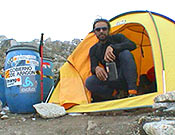 Carlos Pauner en el campo base del Kangchen. La evacuación en helicóptero tuvo que retrasarse tres días a causa del mal tiempo. - Foto: carlospauner.com