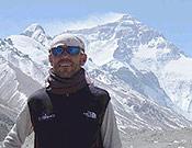 Juan Castillo Peralta, ante la cara norte del Everest, que coronó el pasado 22 de mayo dentro de la expedición de la Guardia Civil. - Foto: Exped. Guardia Civil Everest 2003