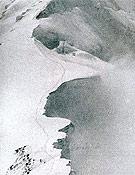 La última huella dejada por Hermann Buhl en el Himalaya, cuando descendía del Chogolisa. <br>Foto: De cero a 8.000, de K. Diemberger