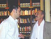 El autor, Álvaro Osás Arbizu (izq.) dialogando con Salvador Rivas, miembro del Jurado, en la Librería Desnivel.  ~ Archivo Desnivel