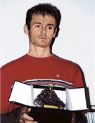 Alberto con la Genziana de Oro de Trento, máximo galardón del prestigioso Festival, que obtuvo Hire Himalaya hace unas semanas.  ~ mountainfilmfestival.trento.it