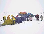 """La expedición andaluza montando el campamento base a los pies del K2 el pasado 5 de junio. - Foto: <a href=""""http://www.deporteandaluz.com/k2"""">deporteandaluz.com</a>"""