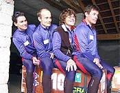 El equipo francés Endurance-AGF antes de tomar parte en el Gauloises 2003 de Kirguistán. Dominique es la segunda por la derecha. - Foto: endurance-agf.fr.st