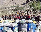 Reparto de cargas entre los porteadores de la expedición madrileña al K2 2003, liderada por Carlos Soria. - Foto: Exped. De Madrid al K2