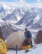 Aurelio Sanz en el Campo 1 del Espolón de los Abruzzos (Arista sureste) del K2. - Foto: Exped. Madrid K2 2003