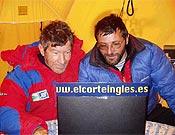 Carlos Soria y Jorge Palacio escribiendo esta bonita historia en el CB del K2, más de una década después. - Foto: Exped. Madrid K2 2003