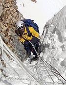 """Superando la Chimena House, primera dificultad de la vía Abruzzos, que los andaluces han asegurado con cuerdas nuevas y escalerilla.  ~ <a href=""""http://www.deporteandaluz.com"""">deporteandaluz.com</a>"""