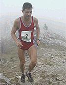 El madrileño Fernando García, vencedor, encabezando la prueba en mitad de la niebla. - Foto: Archivo FEDME