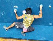 Dani Andrada blocanco en Pont de Suert, Lleida, durante el Campoenato de España de búlder 2003, que ganó. - Foto: FEDME