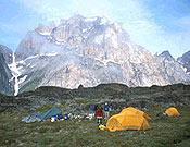 Campo base frente al Thumbnail, 1.500 metros de acantilado, en Groenlandia. - Foto: Ian Partnel