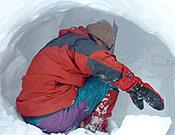 Chus excavando una cueva de hielo, habitual forma de pasar la noche en el C3 (5.800 m) del Pobeda. - Foto: chuslago.com
