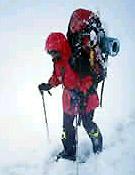 Todo a cuestas. Chus y Merab buscan la cima en estilo alpino. Hoy, 12 de agosto, intentarían coronar desde el Campo 5 (6.900 m). - Foto: chuslago.com