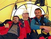 Jorge Palacio, Carlos Soria y Alejo Sanz, los amigos de la expedición madrileña. Jorge (izq.) también coronó el Broad, algunas horas antes que Ricargo. - Foto: Exped. Madrid K2 2003