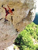 """El ruso Evgueny Ovthinikov sobre la megavia abierta para el Petzl Roc Trip en las Gorgues du Tarn. - Foto: <a href=""""http://www.petzl.fr"""">petzl.fr</a>"""