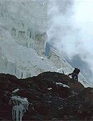 Merab superando la barrera de seracs y rocas por encima del C1. - Foto: Col. Chus Lago