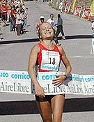 Yolanda Santiuste entrando en la meta de Trevélez. - Foto: FEDME