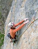 Iker probando los cinco primeros largos de la Zunbeltz, con la cuerda por arriba.   ~ Fotos: Colecc. Pou