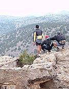"Tres participantes ""admirando"" el tramo que les quedaba.  Foto: Tomás Serra"