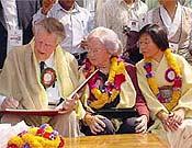 Edmund Hillary junto a su esposa y la alpinista japonesa Junko Tabei (dcha.), durante las celebraciones por el 50 aniversario del Everest realizadas en Nepal durante los últimos días. - Foto: nepalnews.com