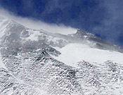 Una venteada cara norte del Everest, con la cima al fondo. - Foto: Exped. Guardia Civil Everest 2003