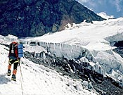 Subiendo al Campo 2 del Pico Korzenevskaya, durante la expedición 2003 del GMAM de Jaca al Pamir. - Foto: Ángel Prado