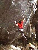 Tony Lamiche sobre las minúsculas regletas de entrada a The Fly, 9a de Runmey. El francés le ha puesto el tercer punto rojo a la vía de Graham. - Foto: petzl.com