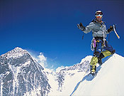 Willie Benegas en la cima del Nuptse tras vencer a la Serpiente. A su izquierda el Everest, detrás, el Lhotse. - Foto: Damian Benegas