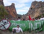 """Despliegue de la pancarta contra las prohibiciones en Contreras. - Foto: <a href=""""http://www.iespana.es/manonegra/fuimos%20a%20Contreras.htm"""">manonegraweb</a>"""
