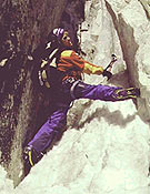 Valeri Babanov faenando en el Pilar sur del Nuptse este. Con Koshelenko ha caído la cima, y secciones de M4 y M5 por encima de 7.450 m. - Foto: babanov.com
