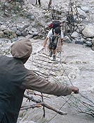 Javier cruzando un puente cerca de Arandu. - Foto: Oscar Casero