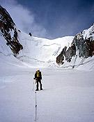 Álvaro aproximandose al collado Polen La, contemplando la pared de hielo y nieve de 300 m. - Foto: Javier de Miguel.