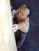 Jason Kehl en acción, bajo techo y en tablón. En roca, acaba de firmar The Fly sin cuerda, 8b+ de bloque. - Foto: pcatour.com