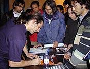 Alex Huber firmando autógrafos en la Librería Desnivel, durante la proyección ofrecida en diciembre de 2002. - Foto: Archivo Desnivel