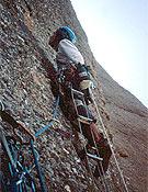 Eloi escalando el Largo 2 (A4+). - Foto: Sílvia Vidal