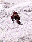 Fijando cuerda por encima del Campo 1 (6.100 m). - Foto: simonemoro.com