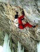 Mauro Bole talonando sobre el bombo de Fly in the wind, M10 del Valle di Landro (Dolomitas), que resolvió a vista. <br>Foto: Sara Cirilli/ climbubu.com