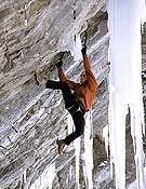 Harald Berger encadenando a flash Vertical Limits, M12 de Ueschinen (Suiza) con la firma de Robert Jasper. - Foto: Hermann Erber