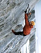 Harald pinchando en seco sobre el deslome de Vertical Limits, M12. - Foto: Hermann Erber