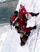 Piotr Morawski en el aéreo campo 2 (7.100 m). - Foto: simonemoro.com