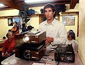 Simón Elías preparando la proyección sobre su ascensión al Cerro Torre por la Ferrari. - Foto: Archivo Desnivel