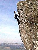 "Steve McClure resolviendo Elder Statesman, su primer hard grit en el Peak District (Curbar Edge). - Foto: <a href=""http://www.planetfear.com"">planetfear.com</a>"