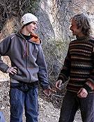 Dave Graham charlando con Toni Arbonés en Siurana. - Foto: Archivo Desnivel