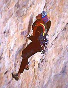 Kurt Astner durante la primera lineración de Akut, Cima Oeste de Lavaredo. - Foto: go-mountain.com