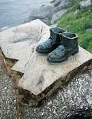 Monumento al excursionista y peregrinos del Camino de Santiago junto a un acantilado en Finisterre. A Coruña. Galicia.