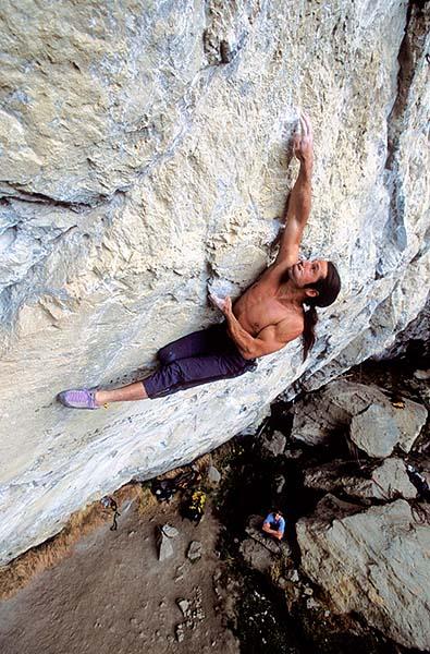 Alex en solo, resolviendo el paso clave de Kommunist, 8b+, a diez metros del suelo. - Foto: Heinz Zak