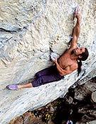 Alex en solo, resolviendo el paso clave de Kommunist, 8b+, a diez metros del suelo.  <br>Foto: Heinz Zak