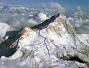 La ruta marcada en rojo es la abierta por Lafaille, que justo entre los dos picos hubo de detener su marcha.- Foto: Los techos del mundo (Ediciones Desnivel)